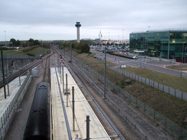 Bahnhof mit Zug am Flughafen London Stansted