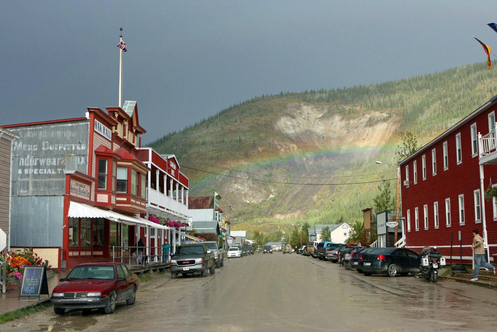 Regenbogen im Yukon über der Main Street in Dawson City
