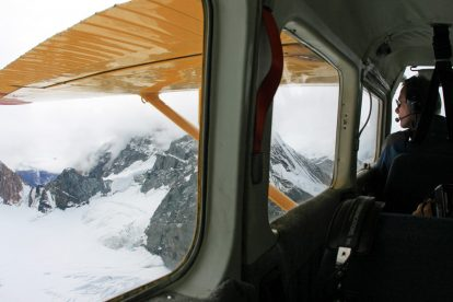 Im Flugzeug des Buschfliegers hat man perfekte Sicht auf die Berge und Gletscher des Kluane Nationalparks im Yukon in Kanada