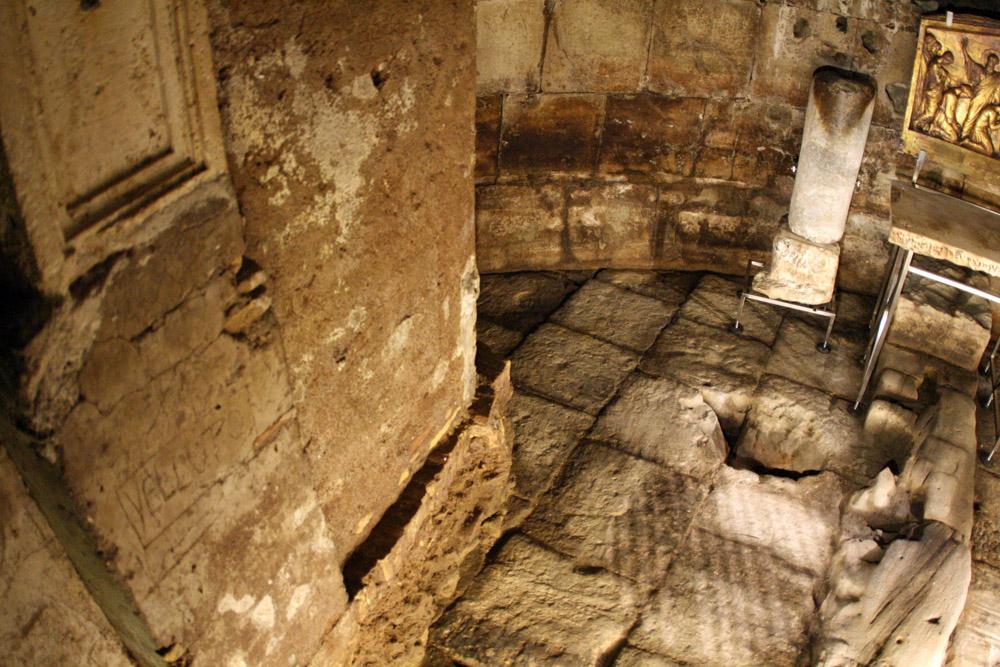 Im Mamertinischer Kerker soll Petrus gefangen gehalten worden sein. Aus dem Loch am unteren Bildrand ließ er der Legende nach eine Quelle entspringen und taufte seine Bewacher.