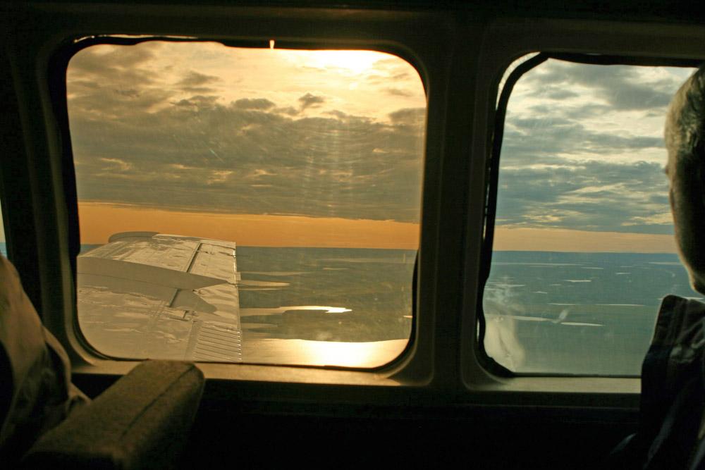 Aus den Flugzeugfestern ergeben sich phantastische Ausblicke auf die Tundra und die Arktis in Kanada.