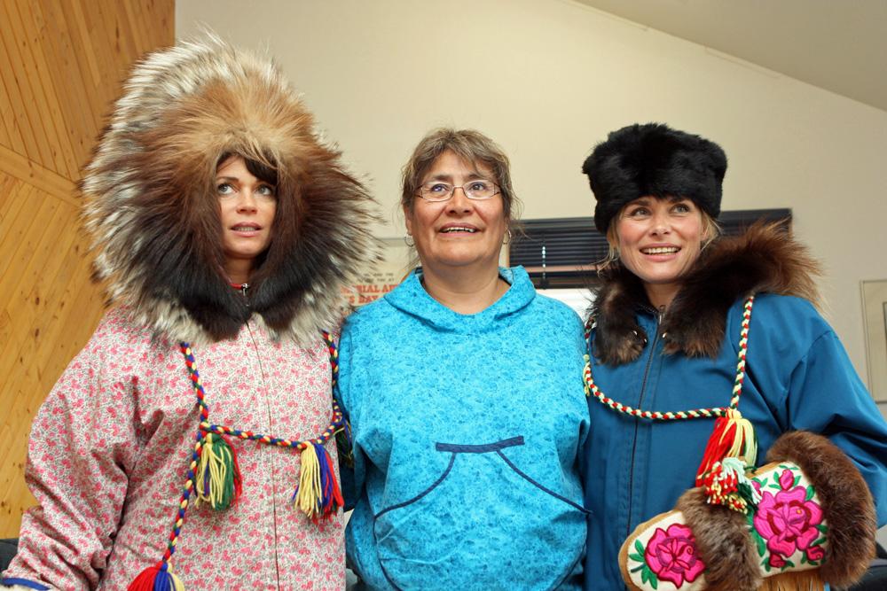 Die Schauspielerinnen Gerit Kling und Andrea Lüdke probieren im Haus einer Inuit-Familie in Tuktoyaktuk die traditionelle Kleidung der Eskimos an
