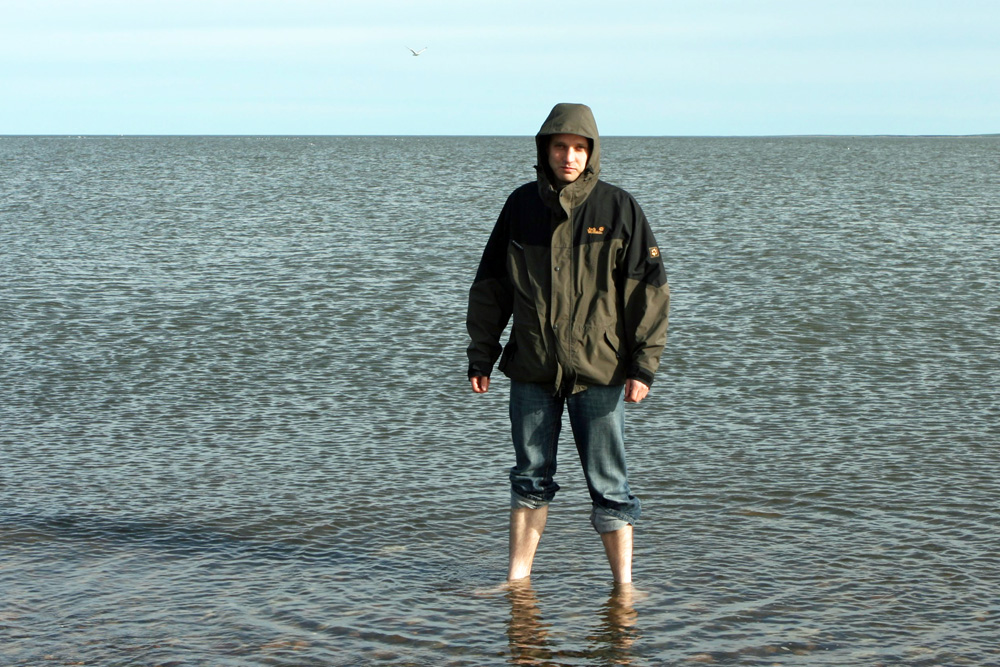 Ich gönne mir ein Fußbad im arktischen Ozean. Auf ein Bad im Polarmeer und auf Schwimmen verzichte ich lieber.