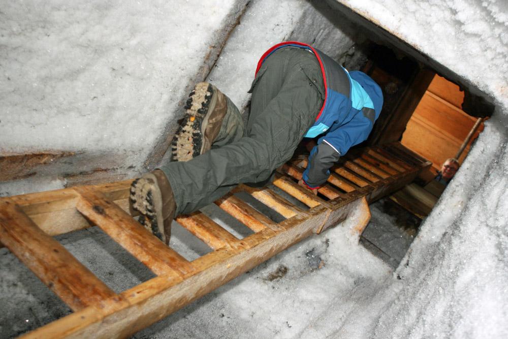 Icehouse im Permafrostboden der Arktis in Tuktoyaktuk