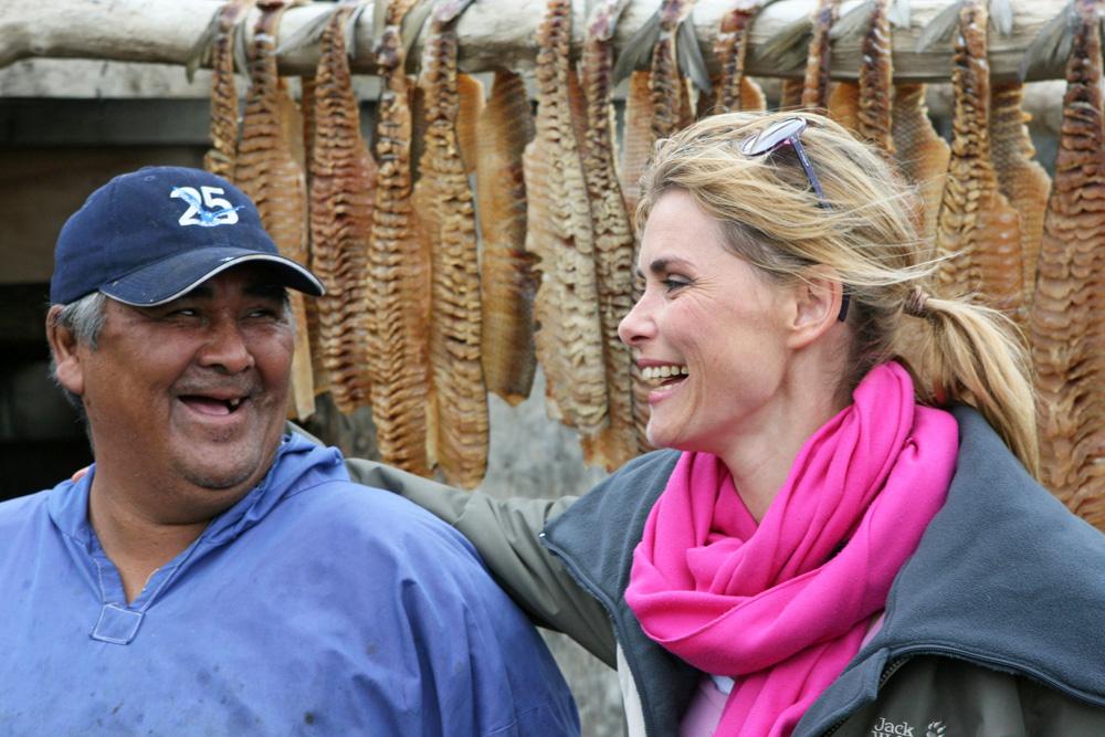 Schauspielerin Andrea Lüdke im Gespräch mit einem Fischer in Tuktoyaktuk