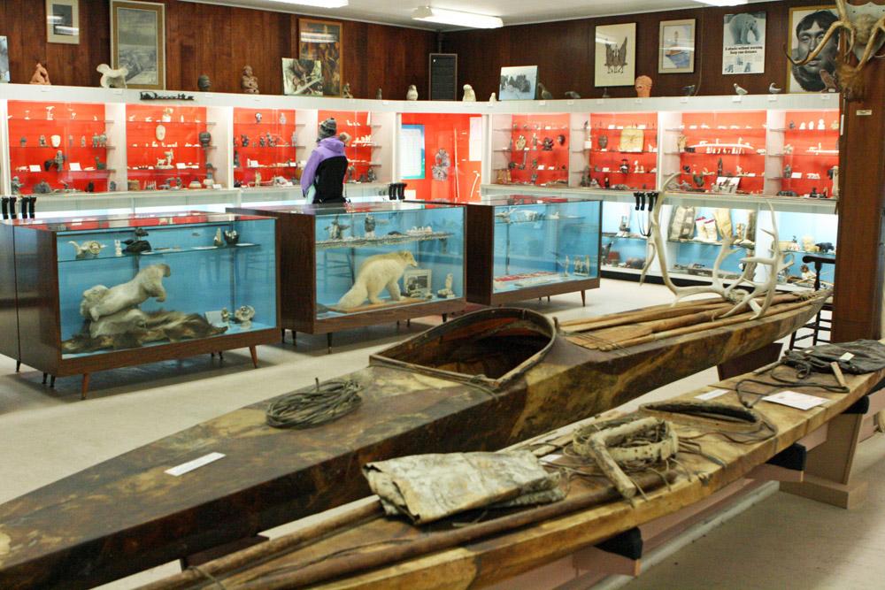 Blick durch das Eskimo Museum in Churchill mit Kanus der Inuit