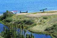 Zwei Personen tragen ein Kanu zum Wasserflugzeug