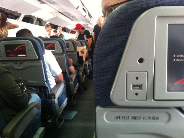 Auf Langstreckenflügen sind USB-Buchsen, wie hier bei United Airlines nach Chicago, besonders praktisch.