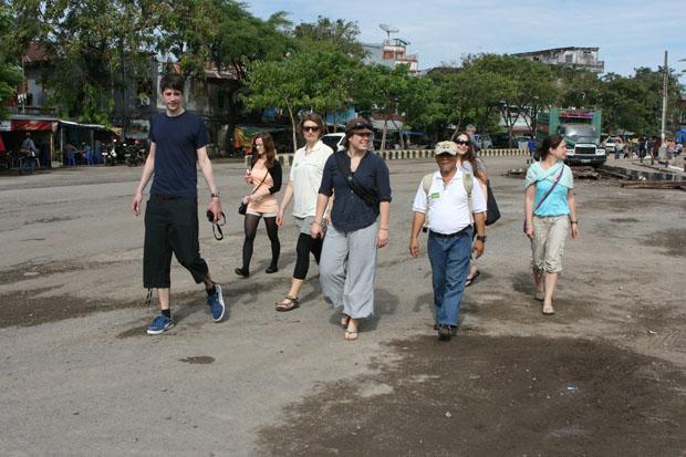 Unsere Reisegruppe erkundet den Hafen.