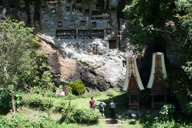 Makaber aber schön - Die Begräbnisstätten mitten im Dschungel.