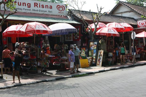 Reichlich Touristen und Souvenirstände gibt es in Ubud.
