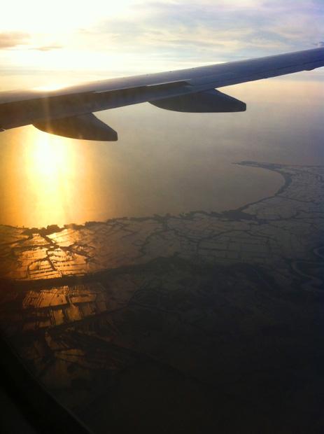 Auf dem Rückweg ging beim Landeanflug auf Jakarta die Sonne unter.