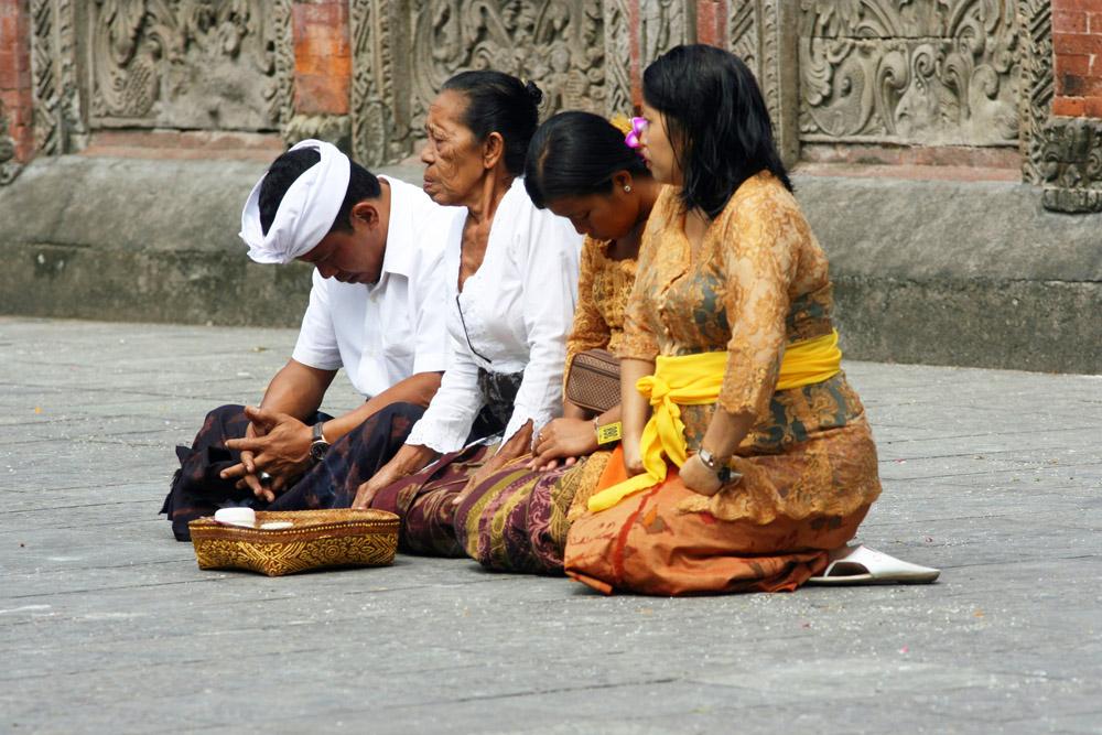 Betende Hindus in einem Tempel auf Bali in Indonesien