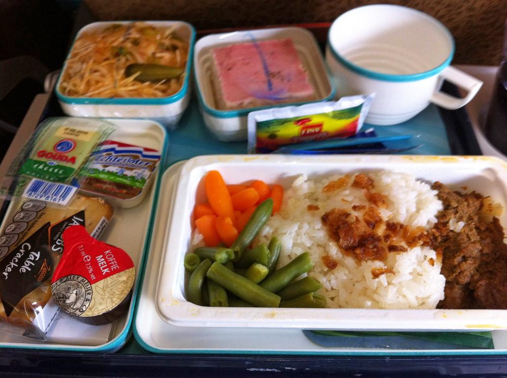 Das essen und der Service bei Garuda Indonesia sind sehr gut