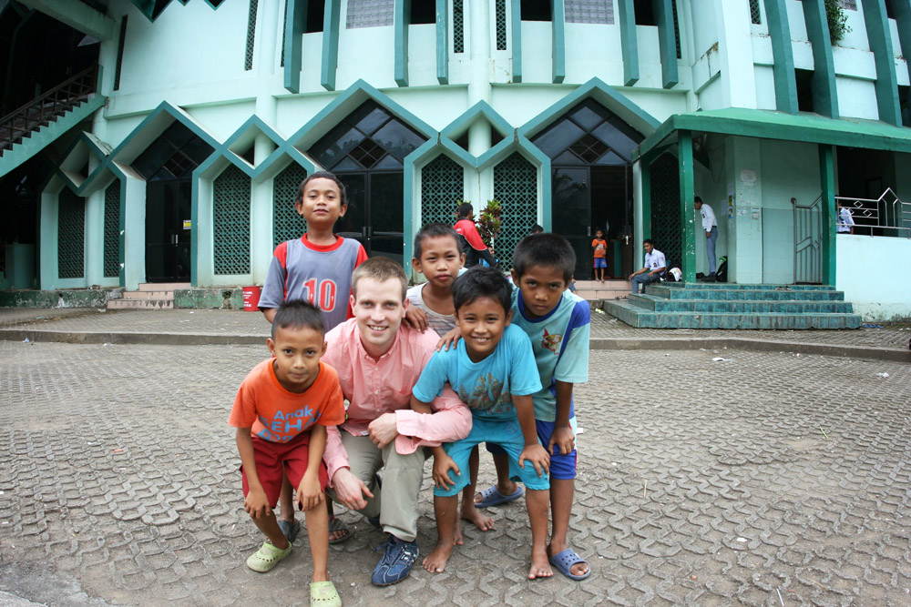 Gruppe mit Kindern in Indonesien