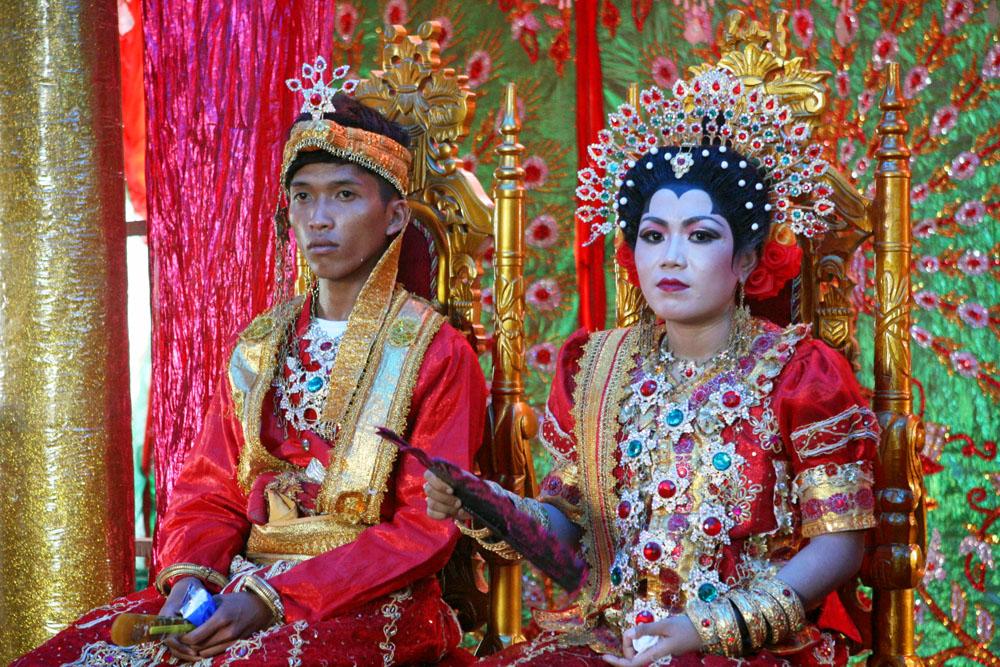 Brautpaar in traditioneller Tracht einer Hochzeit auf Sulawesi in Indonesien