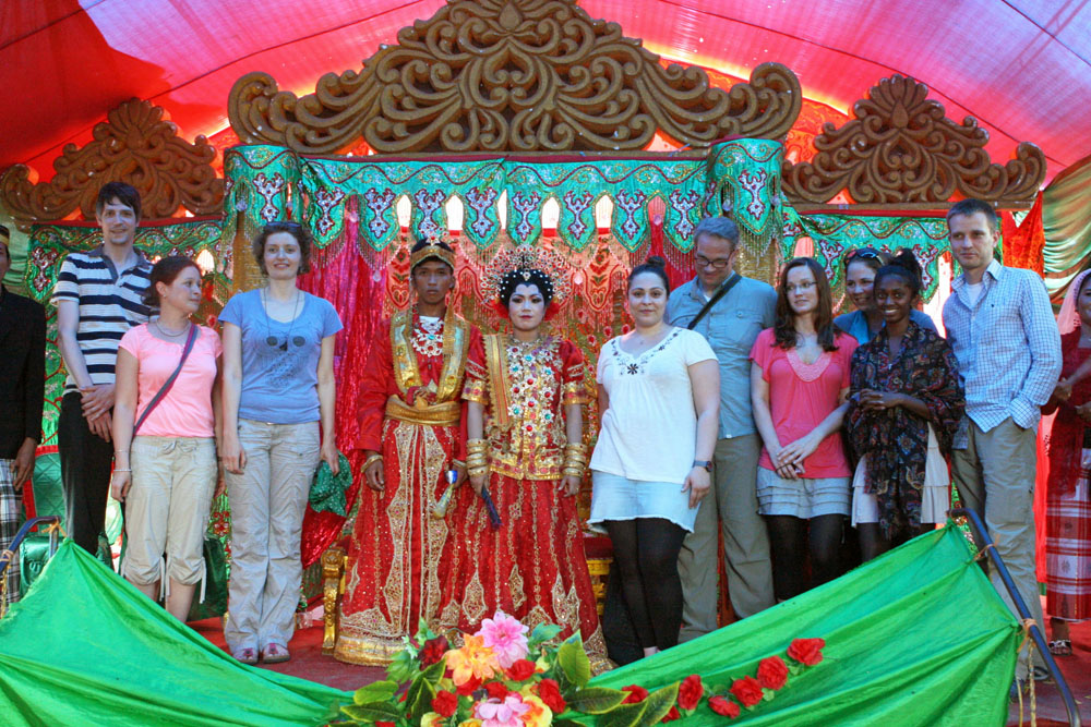 Auch wir freuten uns, auf der Hochzeit in Indonesien fotografiert zu werden.