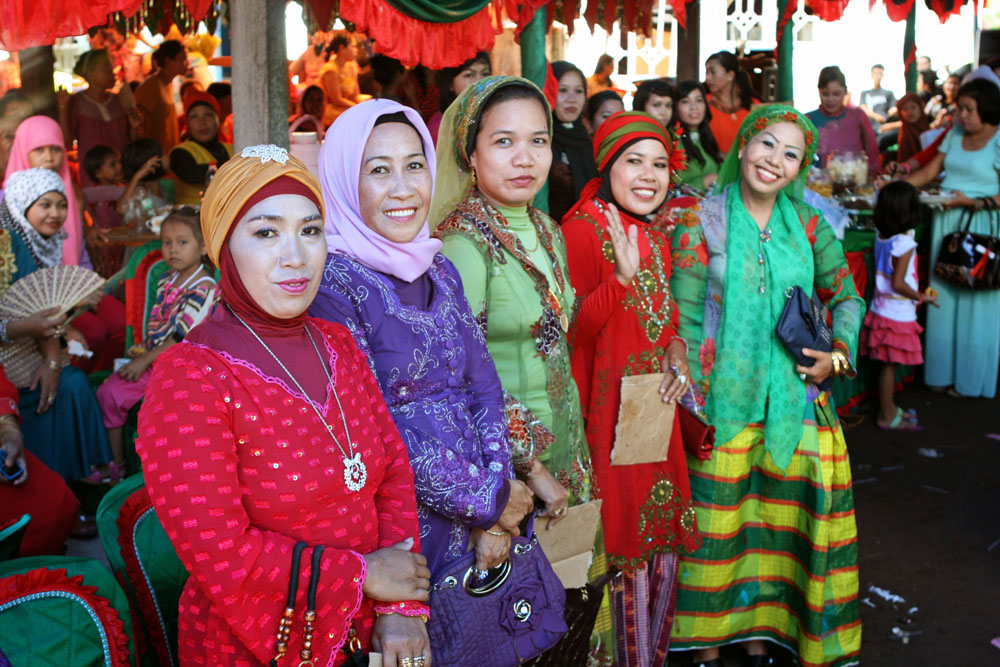 Hochzeitsgäste in bunter Tracht auf einer Hochzeit in Indonesien auf Sulawesi