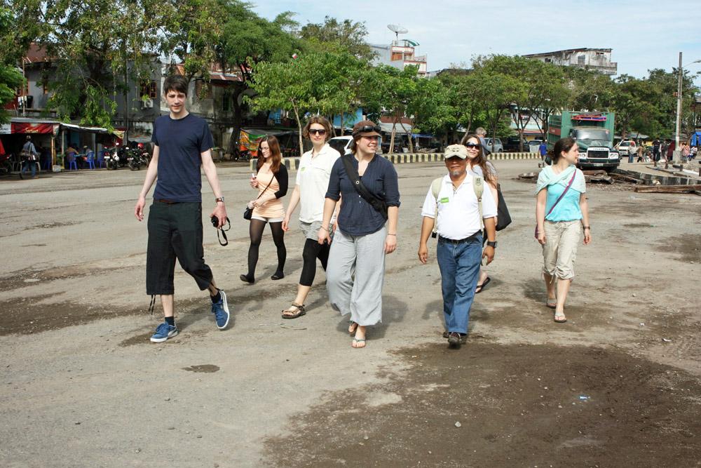 Unsere Reisegruppe erkundet den Hafen von Makassar in Indonesien.