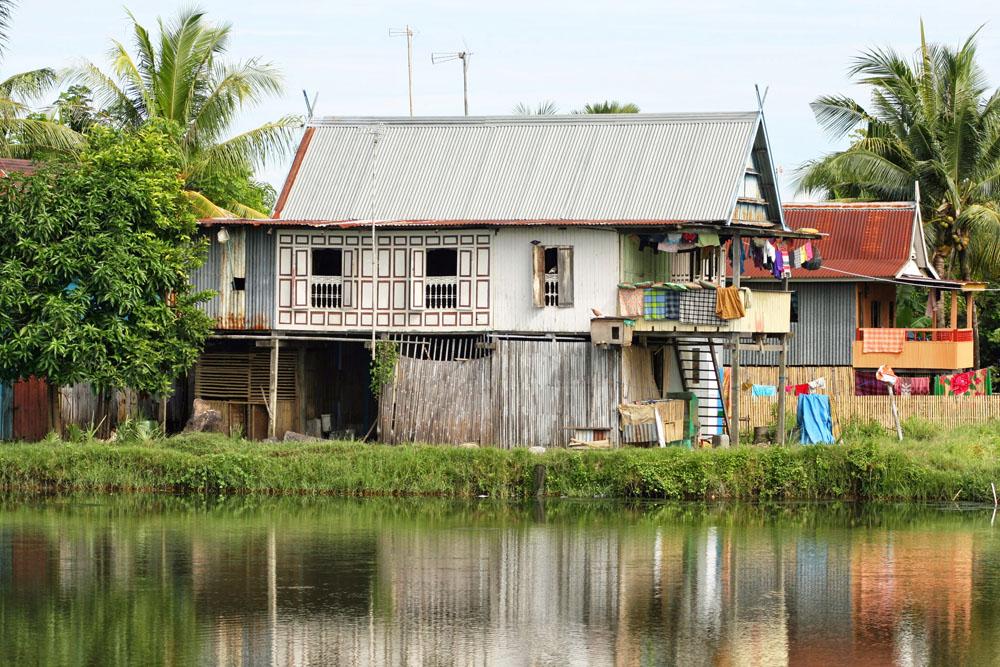 Typisches Wohnhaus inmitten der Reisfelder von Sulawesi in Indonesien