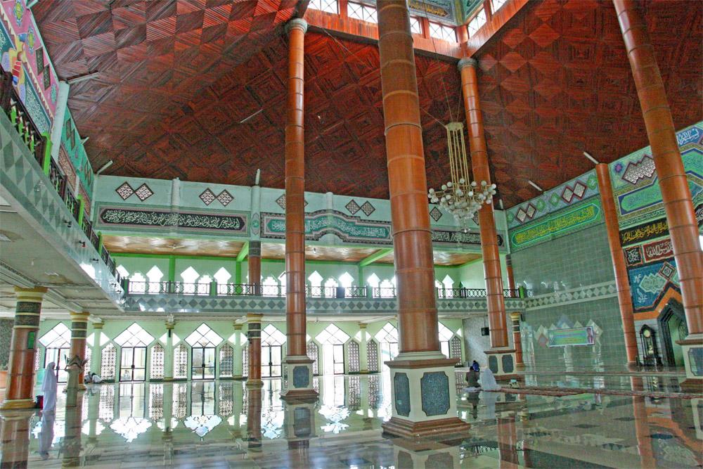 Moschee von innen auf der Insel Sulawesi in Indonesien