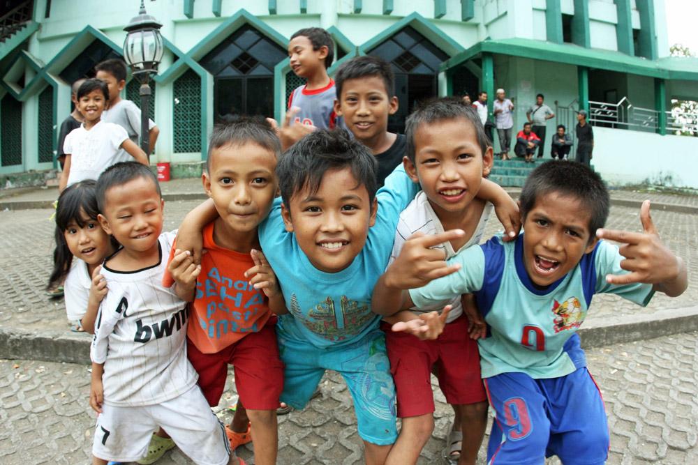 Kinder vor einer Moschee auf Sulawesi in Indonesien