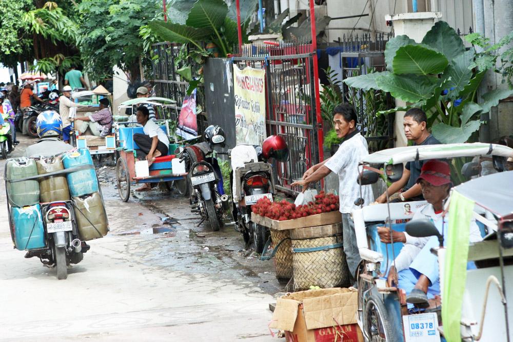 Geschäftiges Treiben auf den Straßen Makassars.