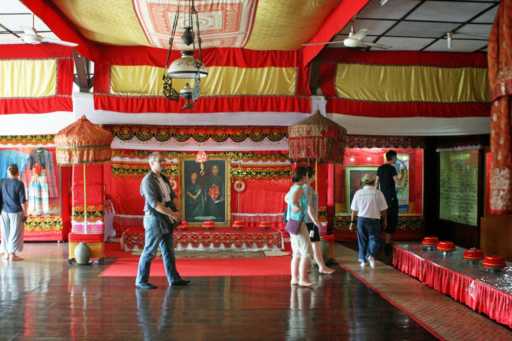 Geschichte zum Anfassen im Museum Balla Lompoa im ehemaligen Königreich Gowa in Makassar auf Sulawesi in Indonesien