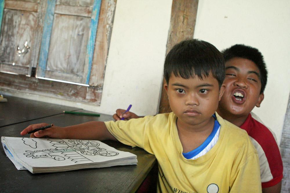 Geistig behinderte Kinder in einer Schule auf Bali