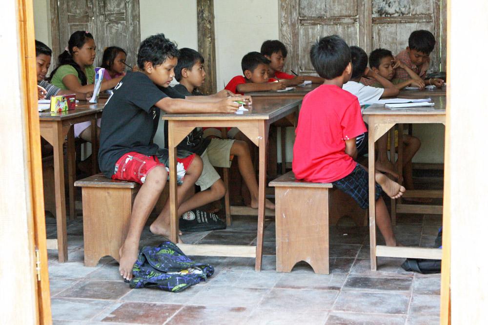 Blick in eines der Klassenzimmer einer Schule auf Bali