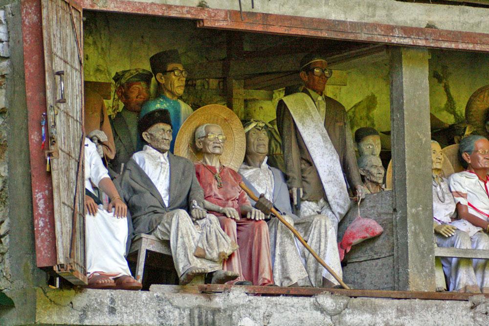 Vor den Gräbern der Tana Toraja auf Sulawesi in Indonesien erinnern handgeschnitzte Puppen an das Aussehen der Verstorbenen.