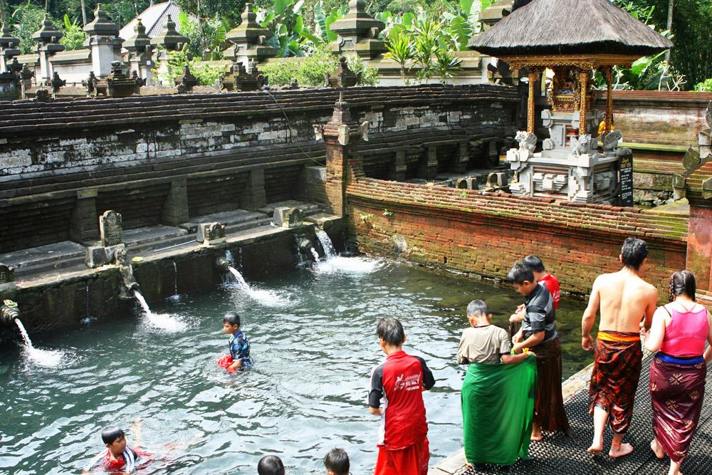 Ein spirituelles Bad im Tempel auf Bali wollte niemand von uns nehmen.
