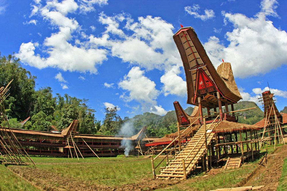 Dieses Dorf in Indonesien wird gerade für eine Totenfeier der Tana Toraja auf Sulawesi gebaut. Nach der Zeremonie wird es wieder abgerissen.