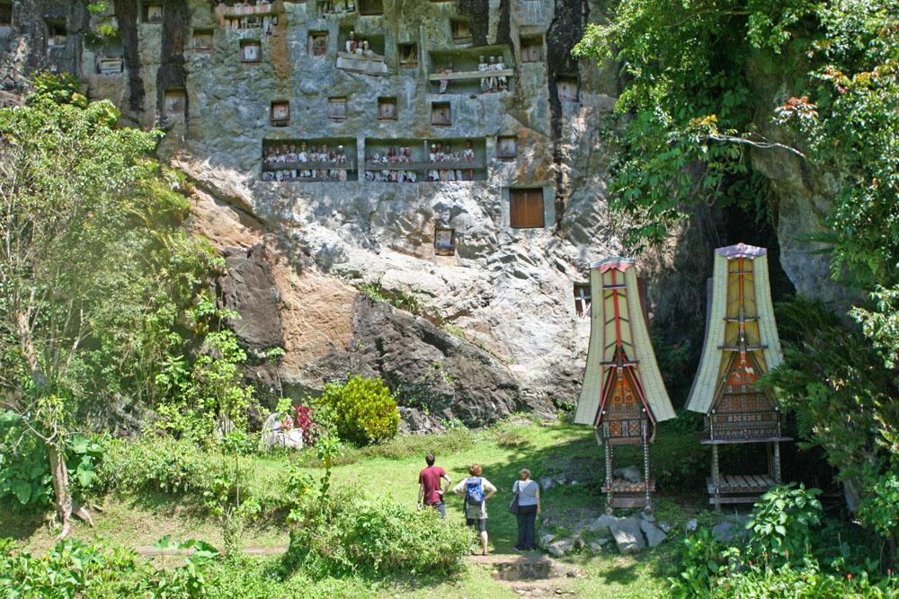 Die Begräbnisstätten der Tana Toraja auf Sulawesi mitten im Dschungel von Indonesien