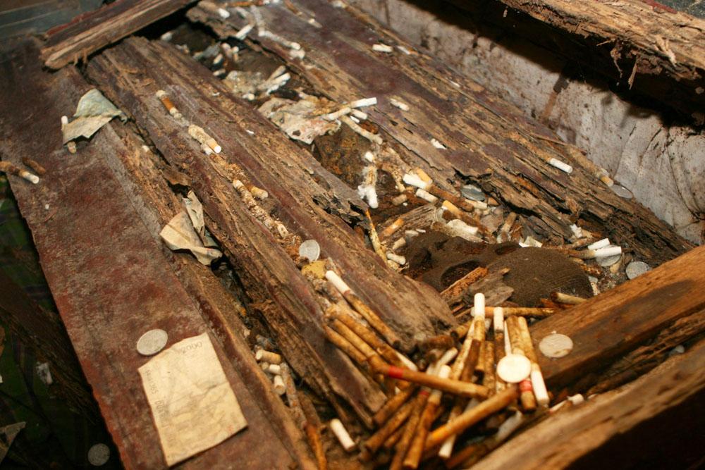 Leiche in einem Sarg mit Opfergaben der Tana Toraja auf Sulawesi in Indonesien