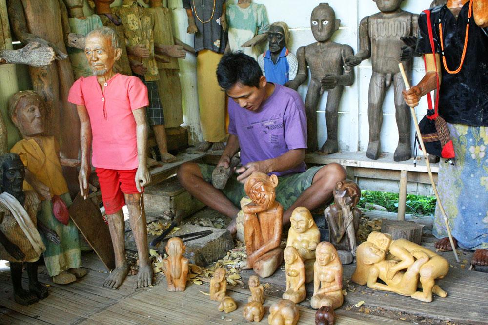 Wir schauten uns an, wie die Totenfiguren der Tana Toraja auf Sulawesi in Indonesien hergestellt werden.
