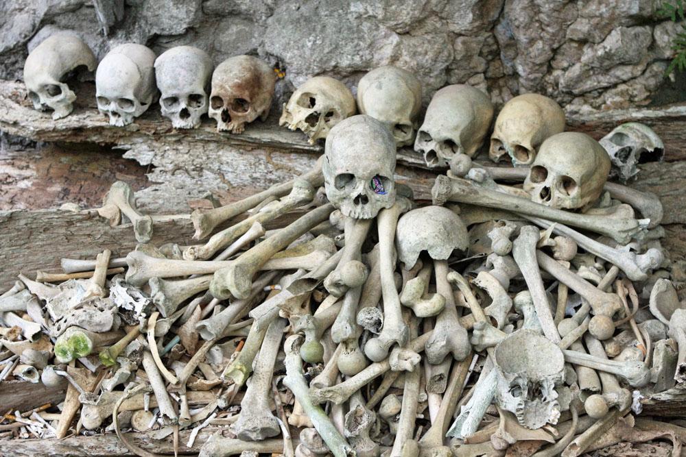 Knochen, Gebeine und Totenschädel in einer Knochengrube auf Sulawesi in Indonesien