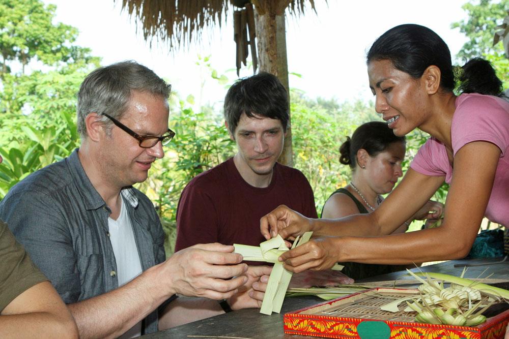 Uns wurde gezeigt, wie die Opferschalen auf Bali hergestellt werden.