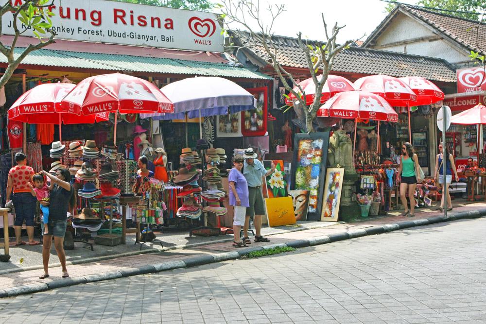 Reichlich Touristen und Souvenirstände gibt es in Ubud auf Bali
