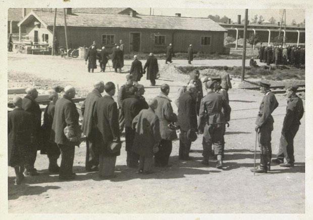 Die Menschen im Hintergrund sind auf dem Weg von der Rampe ins Krematorium II