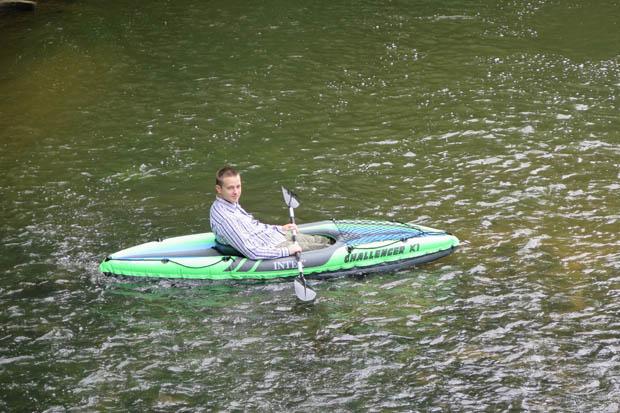 Das Kanu liegt erstaunlich stabil im Wasser
