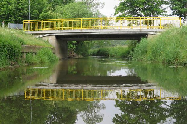 Unter einer kleinen Brücke führte der Weg hindurch