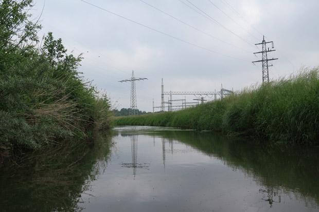 Einzig einige Strommasten sind zu sehen