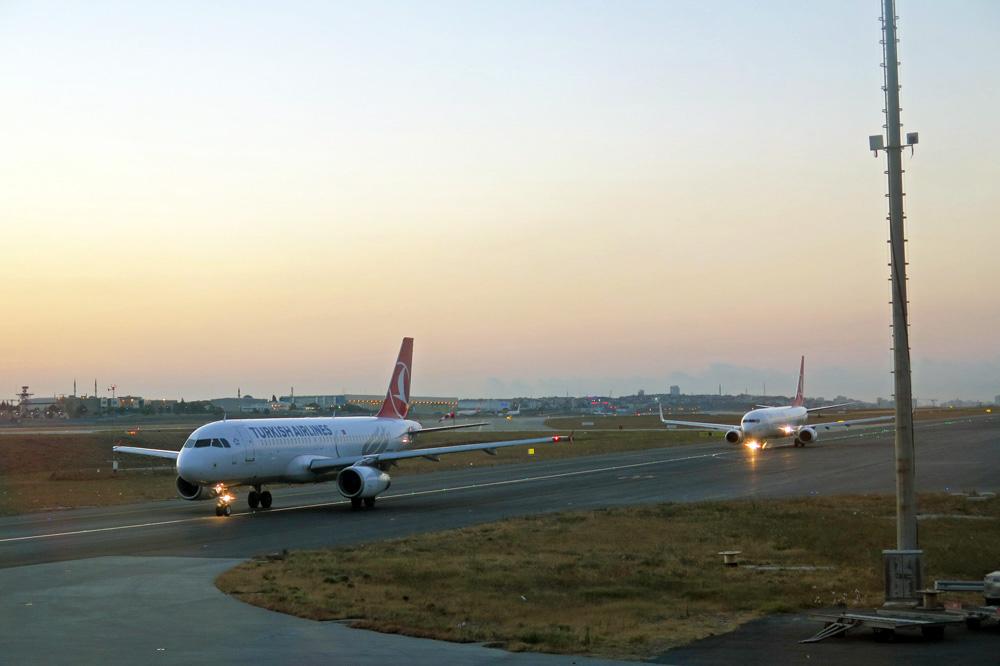 Auf dem Weg zur Startbahn auf dem Flughafen Istanbul