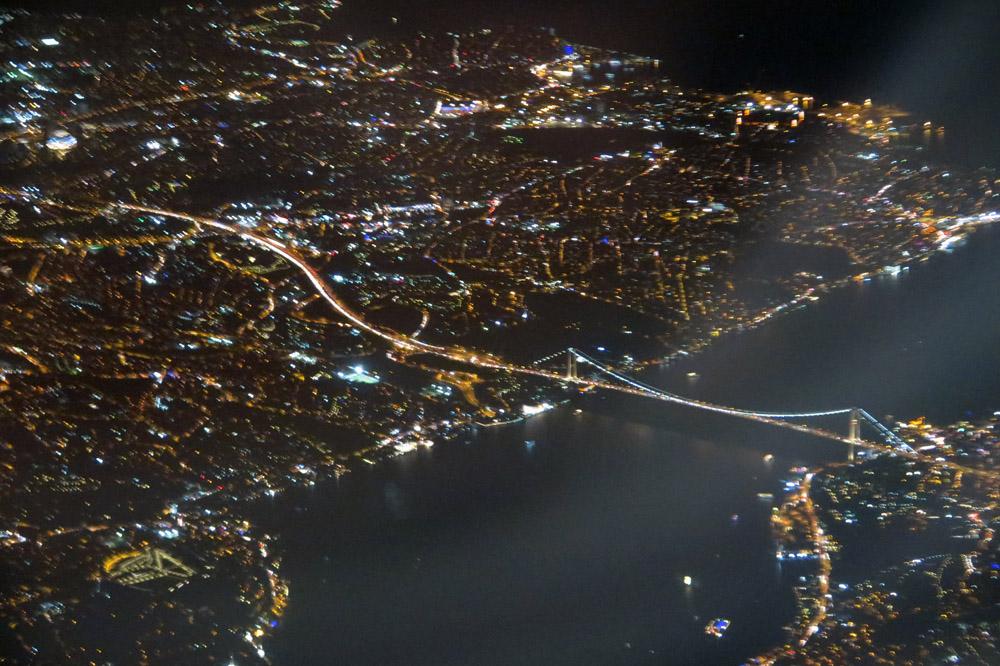 Lichtermeer am Bosporus bei Nacht