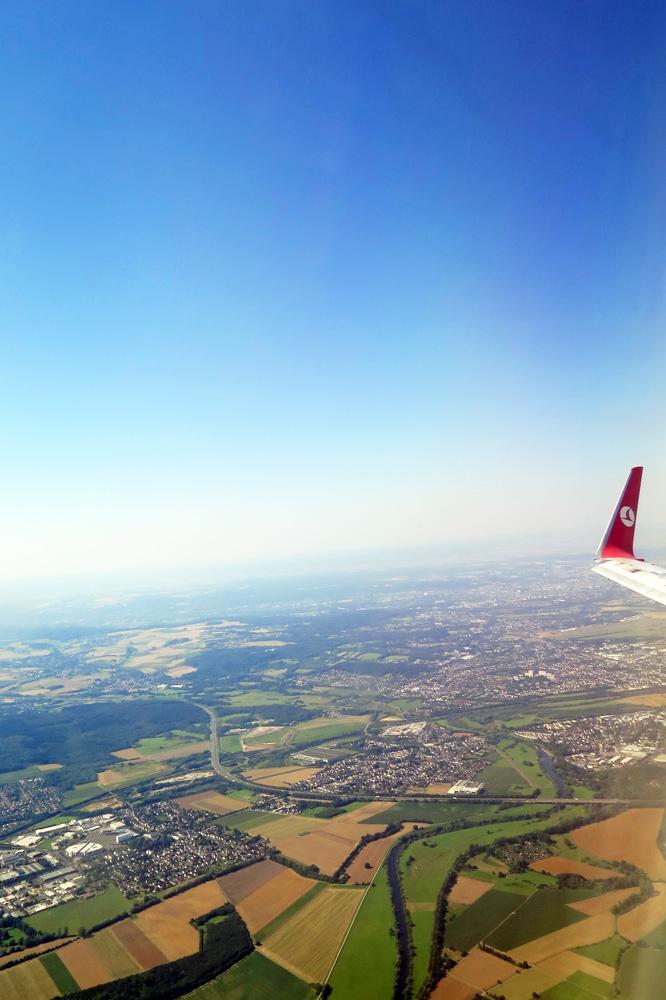 Kurz nach dem Start in der Boeing B737 von Turkish Airlines mit den Winglets strahlend blauer Himmel