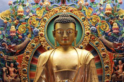 Goldene Buddha-Statue in einem buddhistischen Kloster bei Kathmandu in Nepal