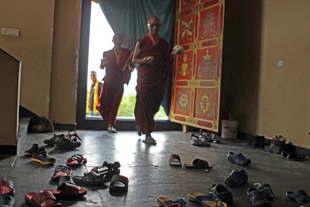 Im Kloster müssen die Schuhe ausgezogen werden