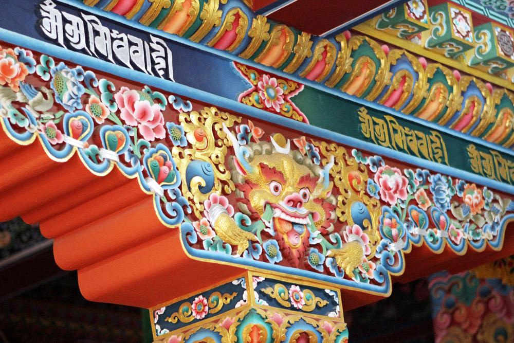Bunte Verzierungen in einem buddhistischen Kloster bei Kathmandu in Nepal
