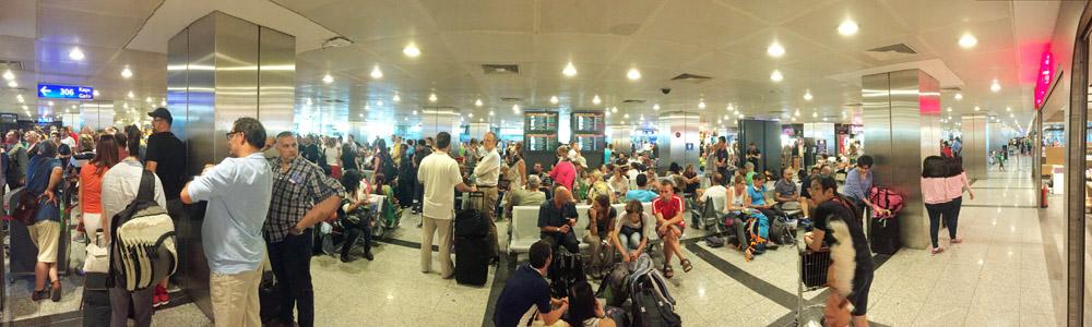 Am Abfluggate am Flughafen Istanbul war es ziemlich voll